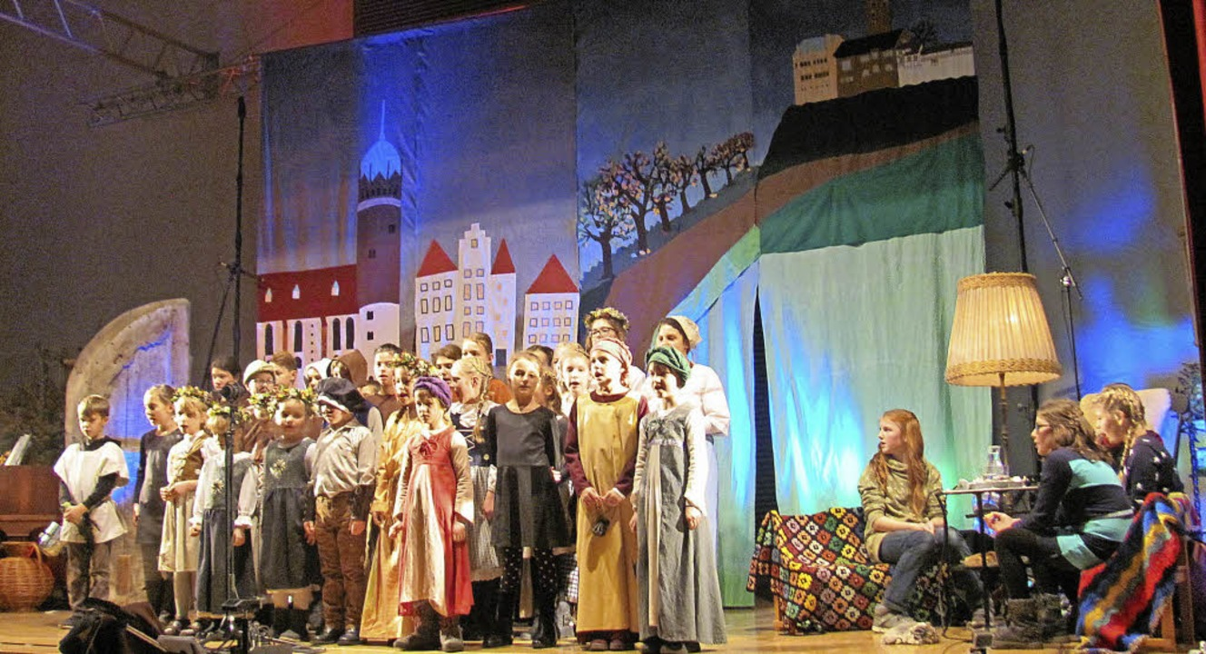 Links singt der Chor, rechts erzählt die Oma von Martin Luther      Foto: Andrea Strumberger