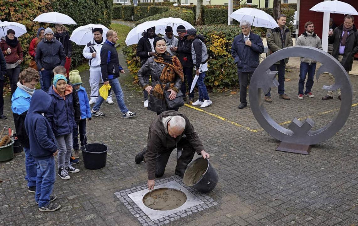 Der Kölner Künstler Gregor Merten bere...e Anbringung einer Bodenintarsie vor.   | Foto: Julius Steckmeister