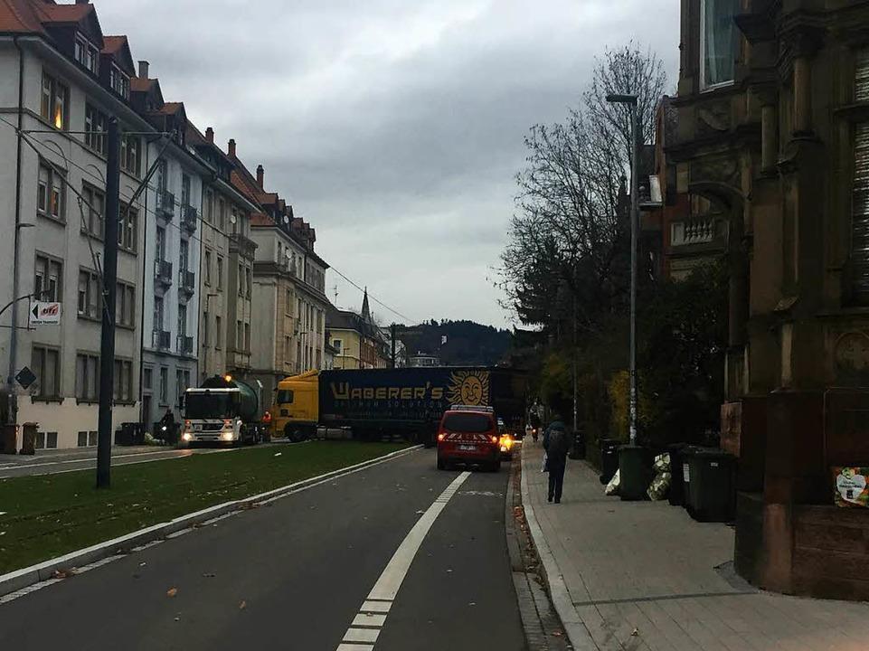 Der Verkehr auf der Kronenstraße liegt lahm  | Foto: Gina Kutkat