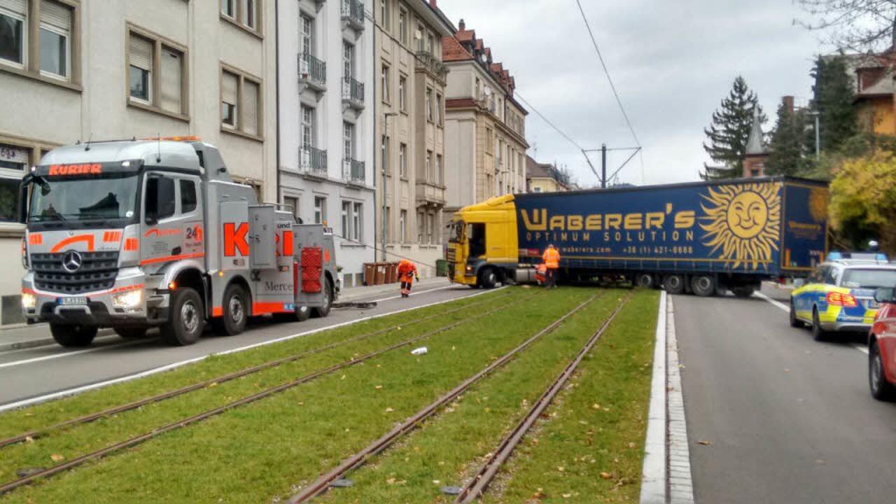 Ein Sattelzug blieb auf den Gleisen de...11; vermutlich bei einem Wendemanöver.  | Foto: Dietmar Ostermann