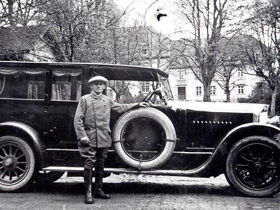 Firmengründer Alfred Rast mit einem seiner Busse  | Foto: Rast Reisen