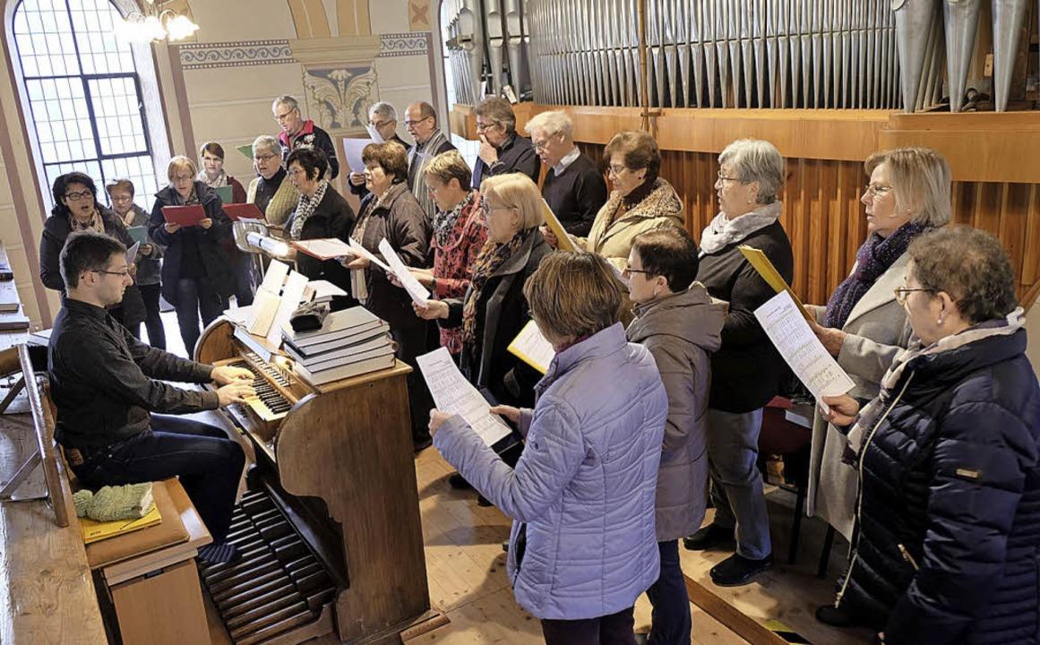 Der Kirchenchor Eberfingen unter Leitu.... Konrad Kirche in Weizen musikalisch.    Foto: Dietmar Noeske