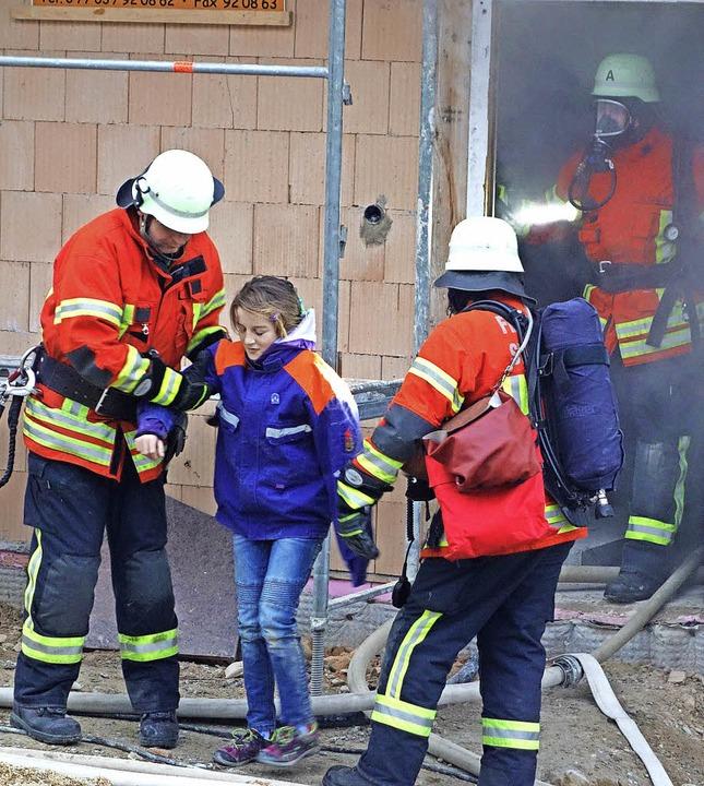 Atemschutzträger der Feuerwehr  dringe...kts  und bergen festsitzende Personen.  | Foto: Andreas Mahler
