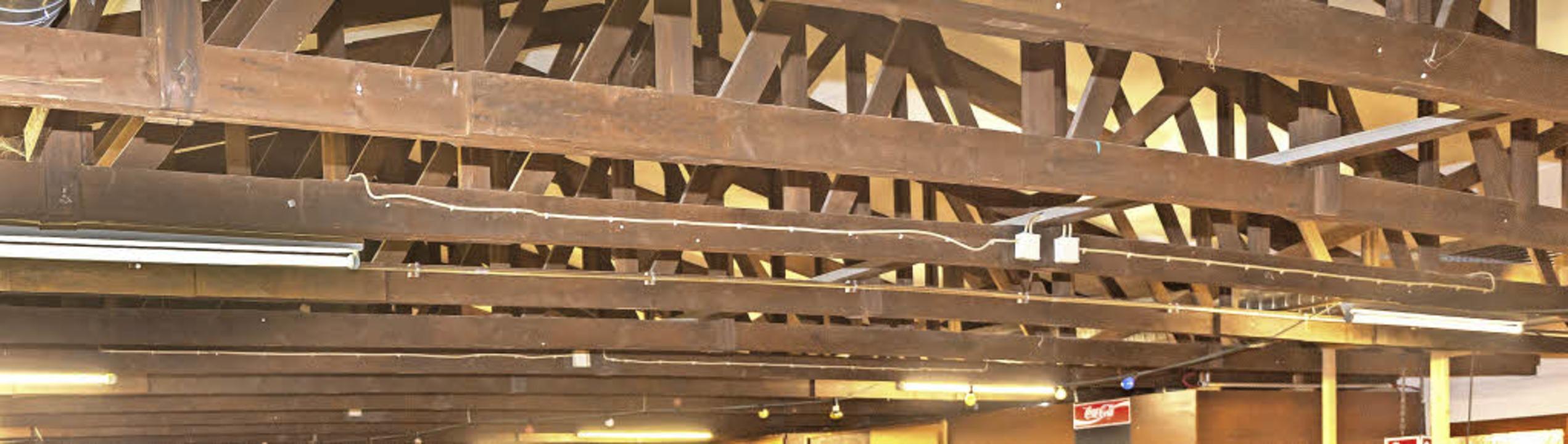Die Dachkonstruktion der Dorfhalle Bre...nderat beschloss deshalb einen Neubau.  | Foto: Wilfried Dieckmann