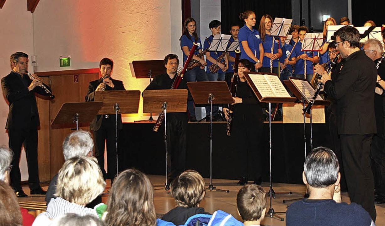 Kilian Herold (rechts) eröffnete mit s...Freiburg den Konzertabend in Endingen.  | Foto: Christiane Franz