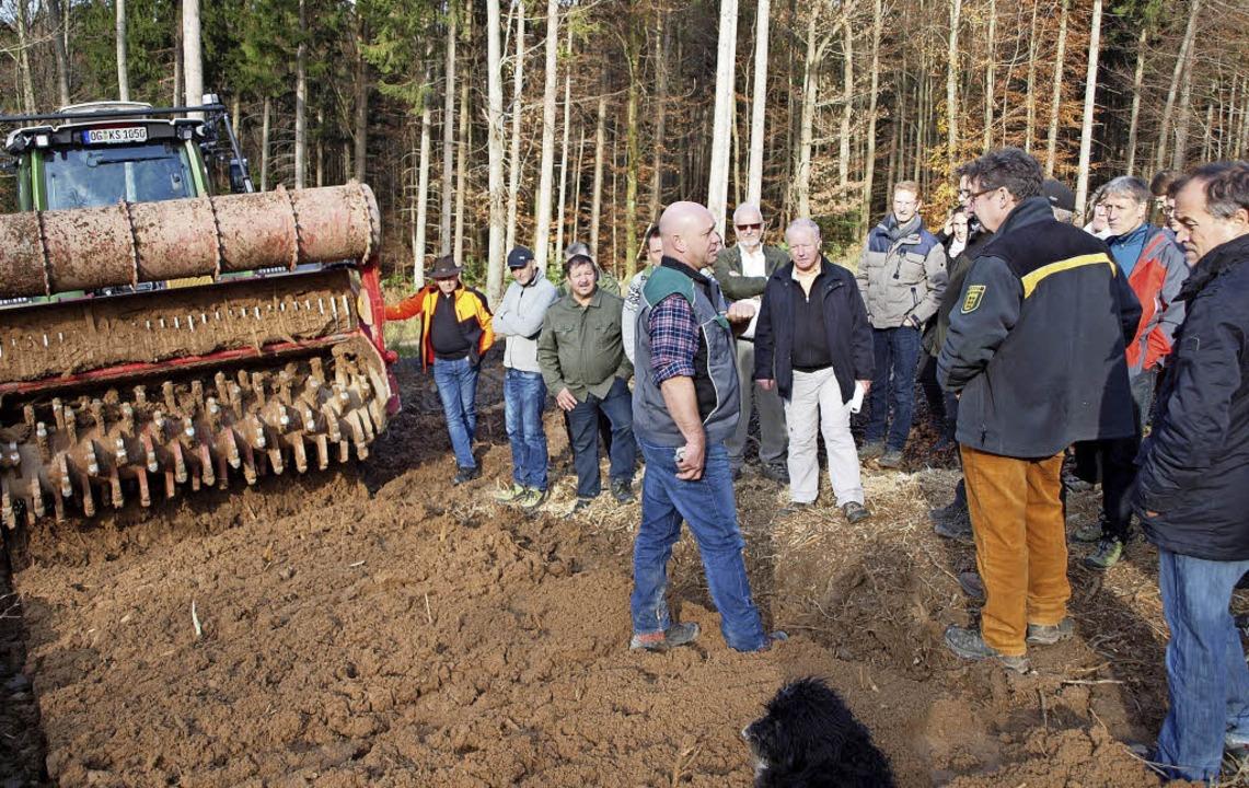 Die Forstfräse als Erlebnis: Förster C...ormierte aber auch über die Probleme.   | Foto: Michael Haberer