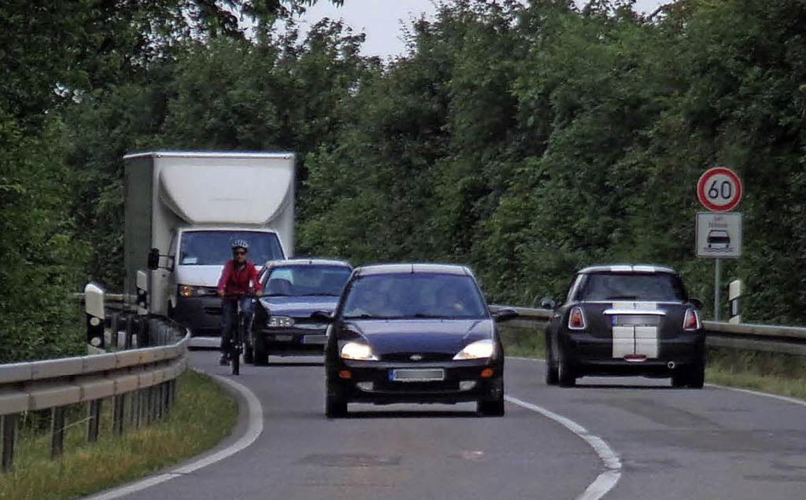 Gefährlich für Radler:  die Straße von...für einen Radweg samt Brücke beginnen.    Foto: Müllerleile