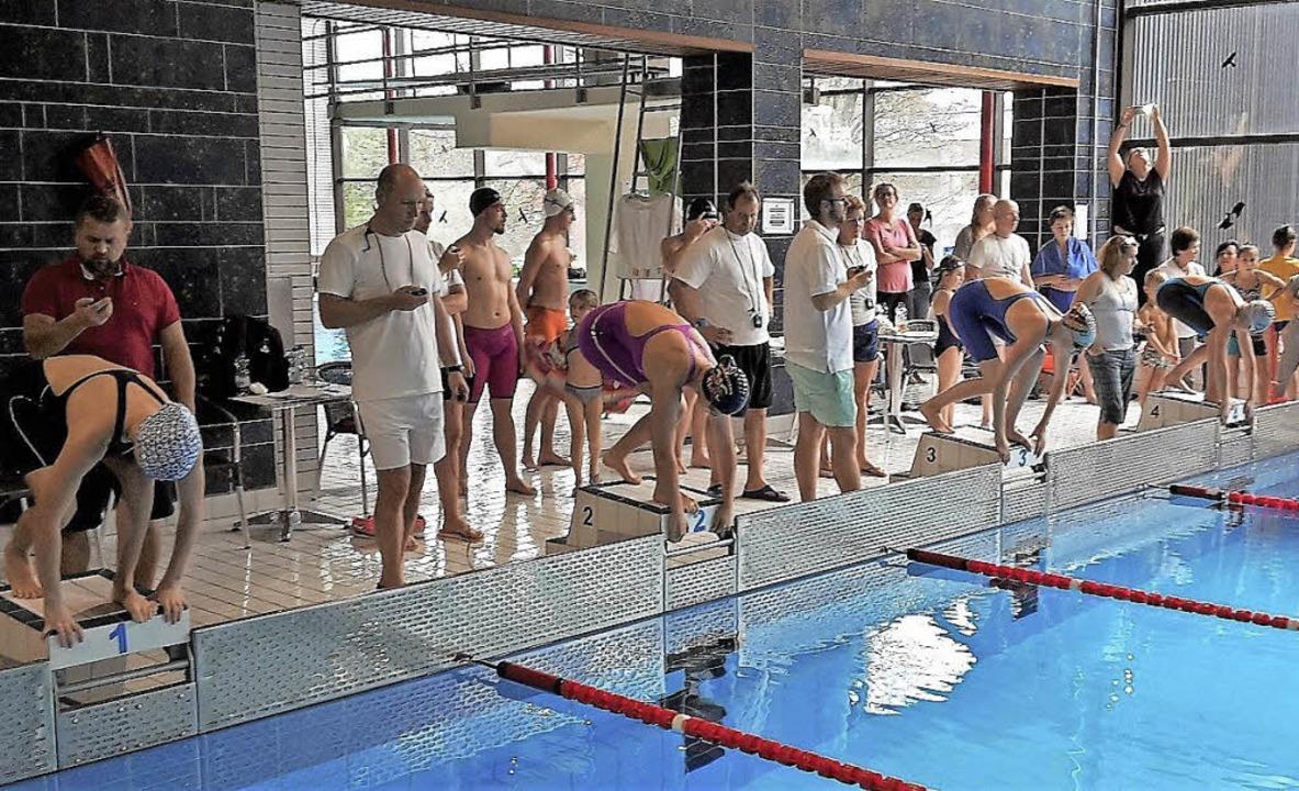 Startschuss beim Schwimmfest im Lahrer Hallenbad.   | Foto:  Wolfdieter  Reibel