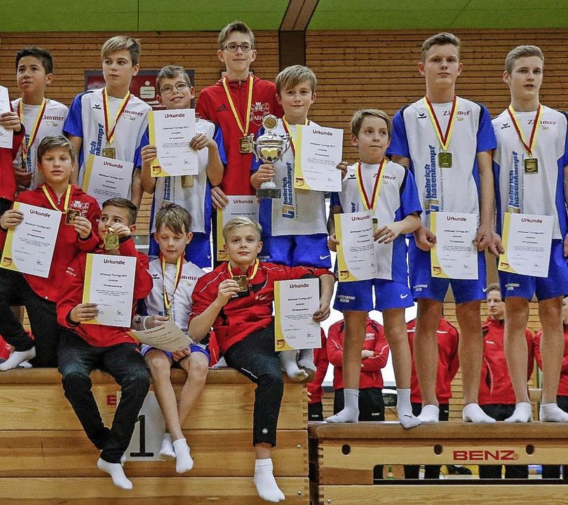 Die siegreichen Junioren des TV Ichenheim (blau-weiß) und der TG Hanauerland.     Foto:  Rainer Klipfel
