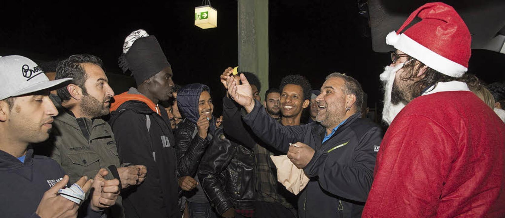 Viel Spaß hatten die Flüchtlinge beim ...Rainer Hiss organisierte eine Tombola.  | Foto: Volker Münch