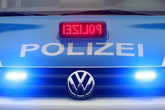 Unbekannter beschädigt Werbeschilder in Emmendingen