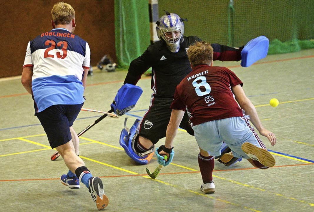 Spielertrainer Tobias Wagner trifft zw...mmt hier aber nicht am Keeper vorbei.     Foto: Seeger