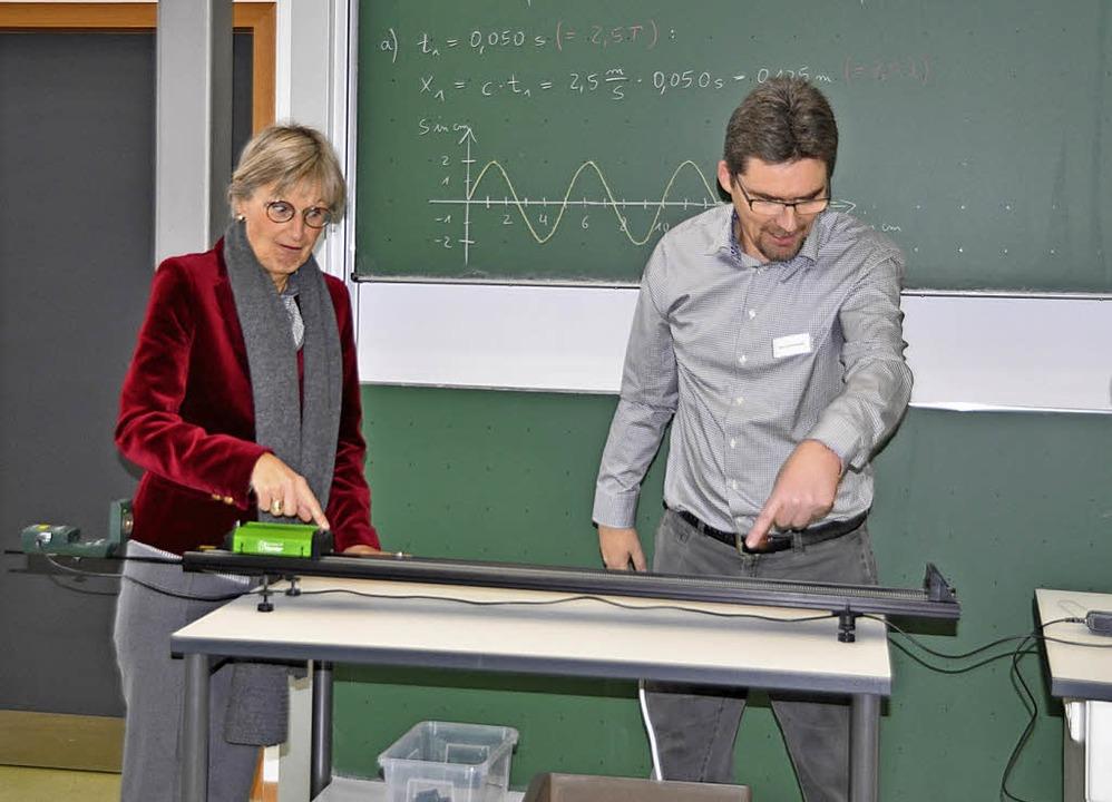 Mit Hilfe digitaler Technik Physik bes...d Volker Rosenstiel (von rechts) aus.   | Foto: R. Ruther