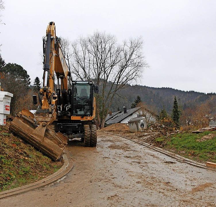 Die Erschließungsstraße in das exklusi...zt werden die Grundstücke vermarktet.     Foto: Frey