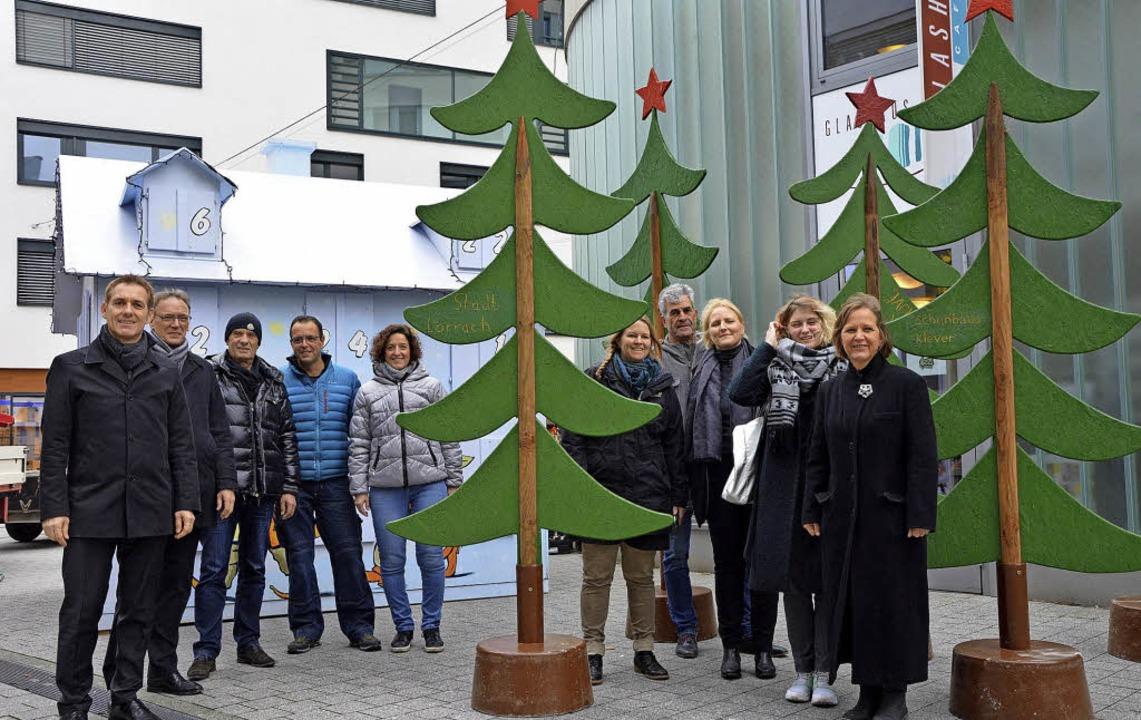 Anlieger, Sponsoren und Stadtverwaltun...ch auf den Lörracher Adventskalender.     Foto: Barbara Ruda