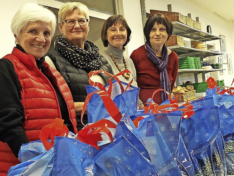 Marianne Sprankel, Regina Maucher und ...Präsente für Bedürftige zu verteilen.   | Foto: Martina David-Wenk