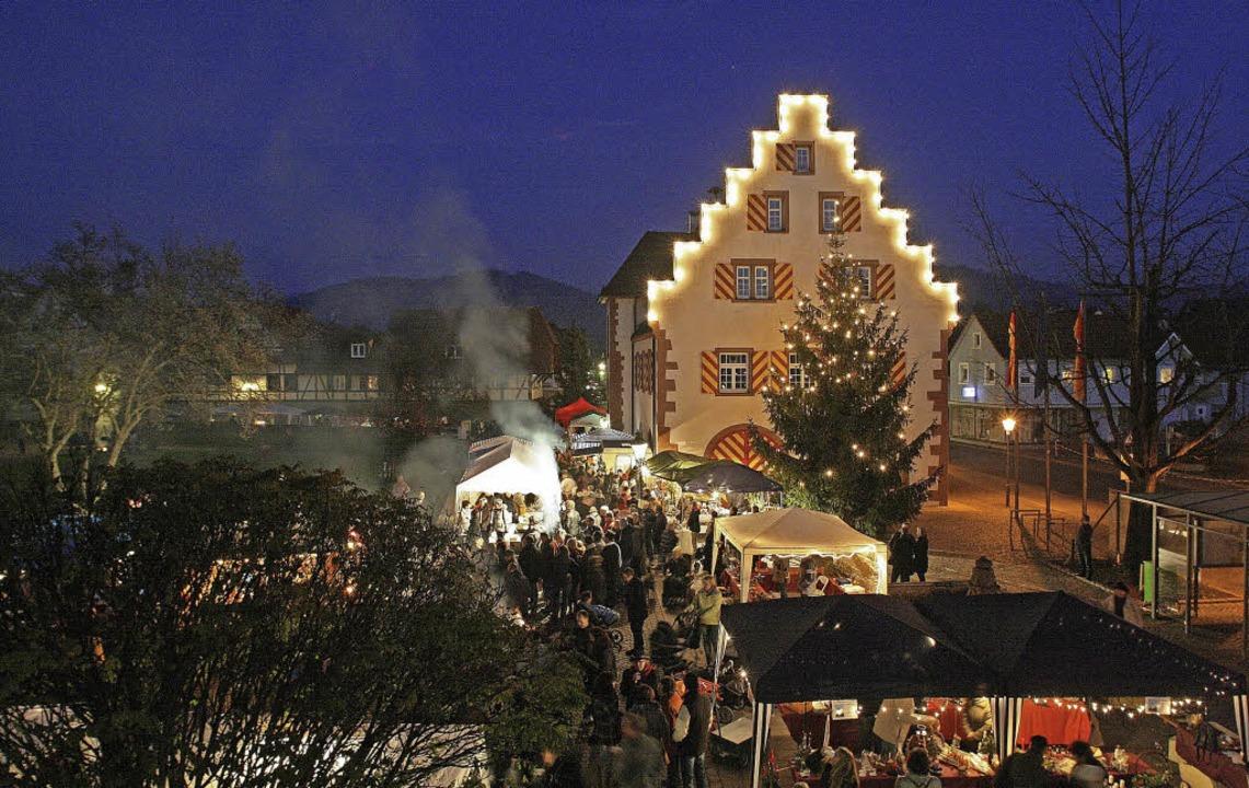 Beim Alten Rathaus in Friesenheim grup...die wieder die Weihnachtsmarktstände.   | Foto: Gemeinde