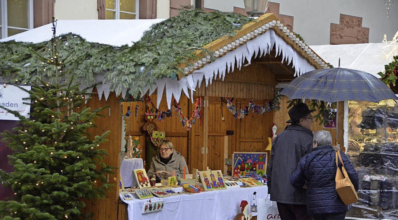 Regnerisch begann am Dienstag der Weihnachtsmarkt.   | Foto: Röderer