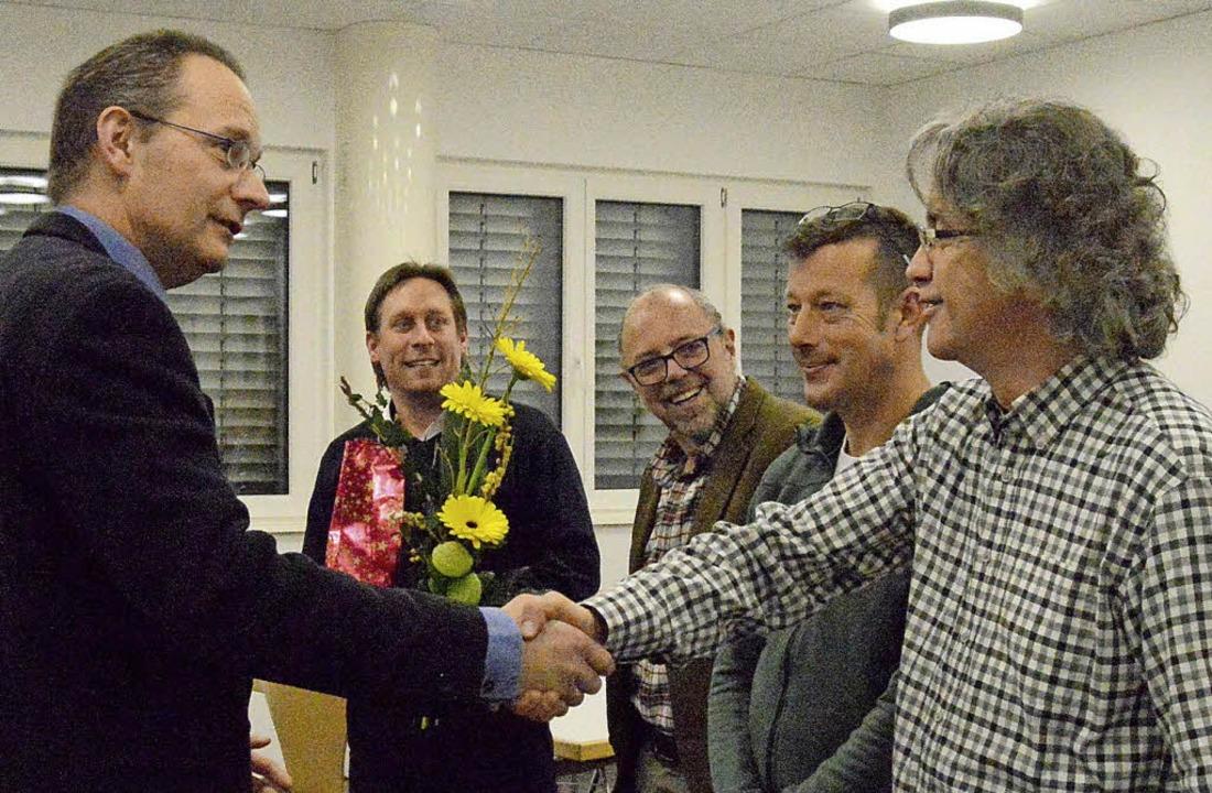 Rochade: Bernd Vogel (vorne links) ver... und Volker Weinberger (hinten Mitte).    Foto: Horatio Gollin