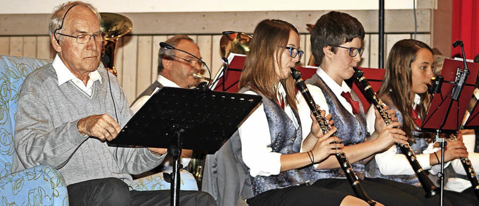 Reinhard Seiberlich (links) gab beim H...eferte den dazu passenden Soundtrack.   | Foto: Heiner Fabry