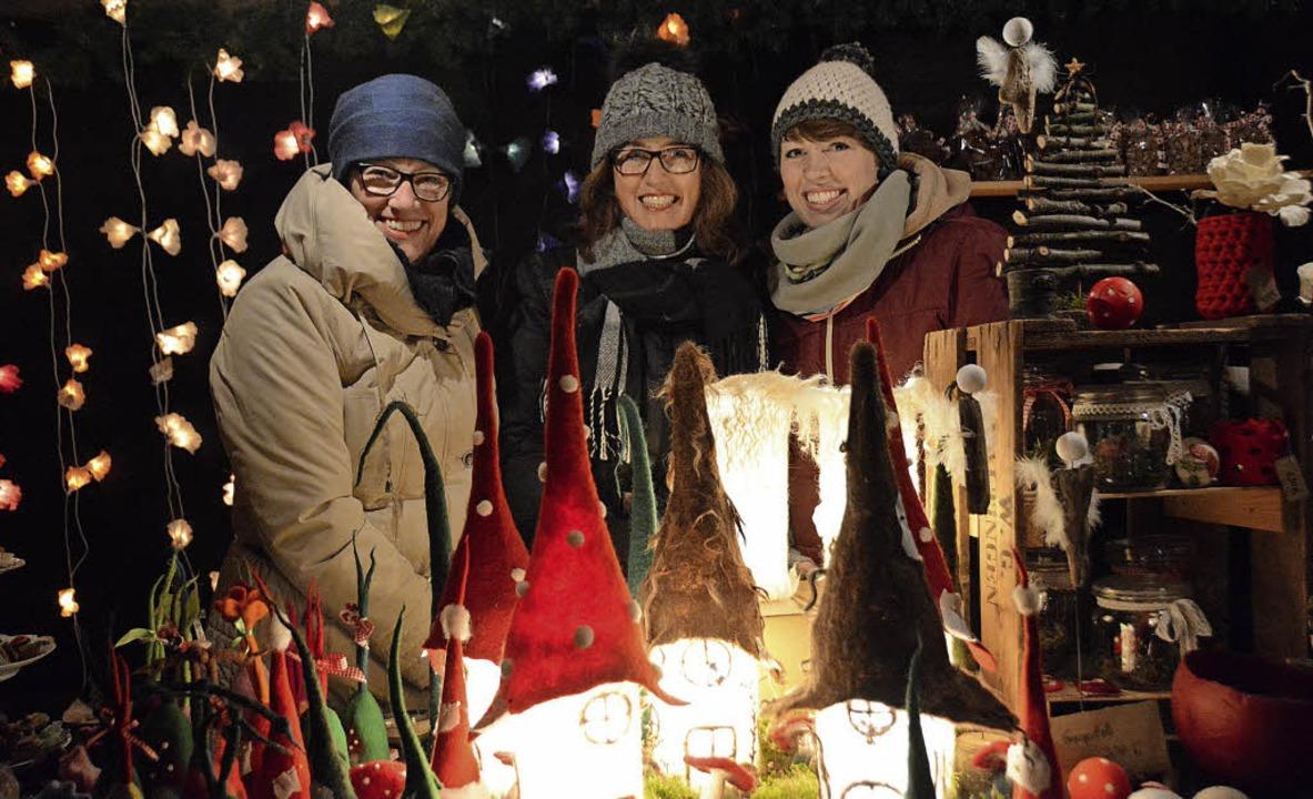 Liebevoll geschmückte Stände tragen zu...r des Altweiler Weihnachtsmarkts bei.     Foto: Lauber