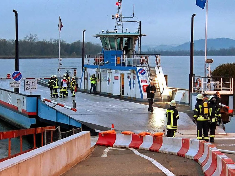Einsatz der Feuerwehr auf der Rheinfähre.    Foto: kamera24