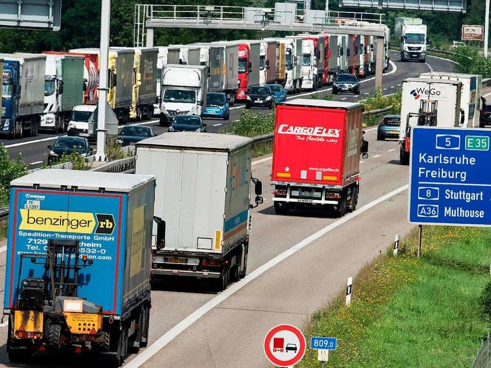 Lkw-Stau am 17. August auf der Autobahn 5 bei Weil am Rhein   | Foto: dpa