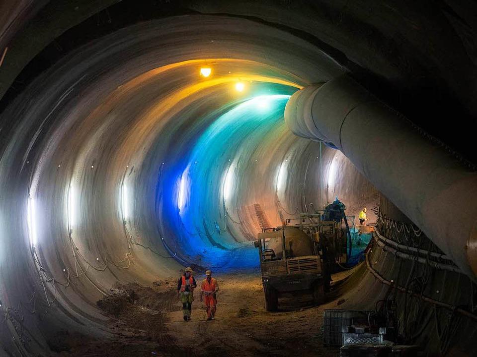 Bauarbeiter gehen in Stuttgart durch d...nprojekts Stuttgart 21 errichtet wird.    Foto: dpa