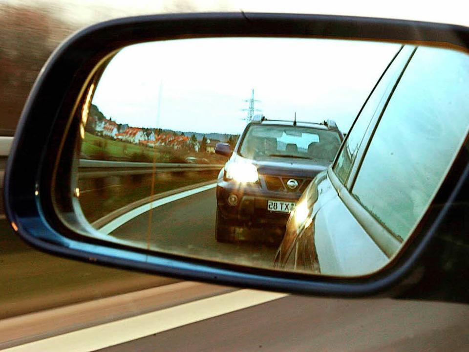 Der Autofahrer streifte den Außenspiegel (Symbolbild).  | Foto:  DPA Deutsche Presse-Agentur GmbH