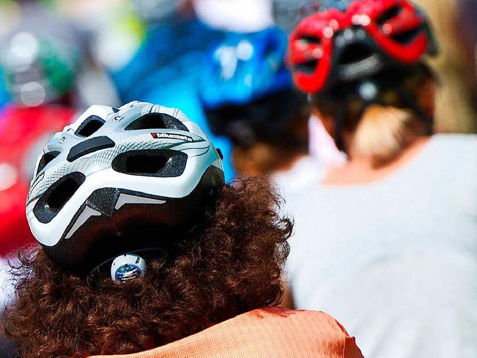Ob der Mann einen Helm trug, konnte die Polizei am Mittwochabend nicht sagen.  | Foto: dpa
