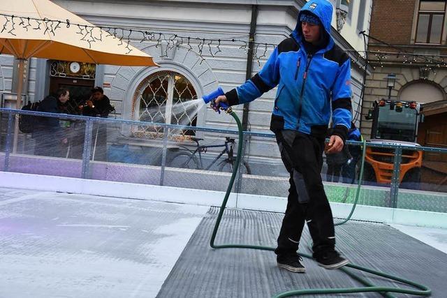 Wie die Eisbahn auf dem Emmendinger Marktplatz entsteht