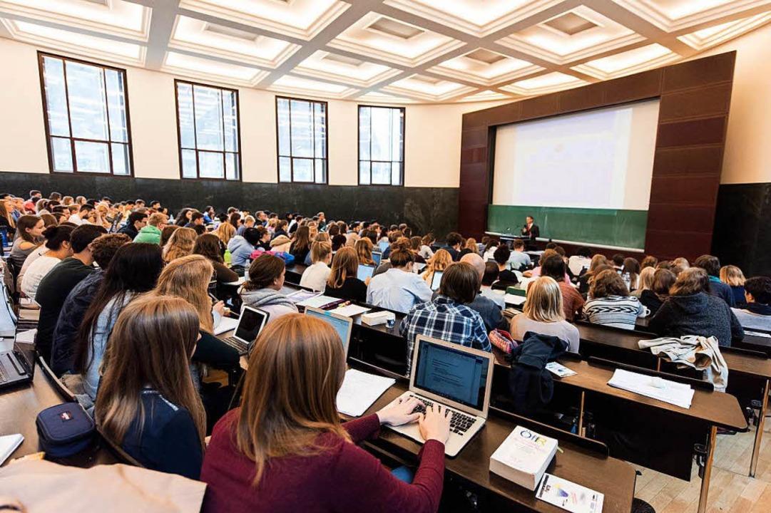 Studierende in einem Hörsaal in Freiburg  | Foto: dpa