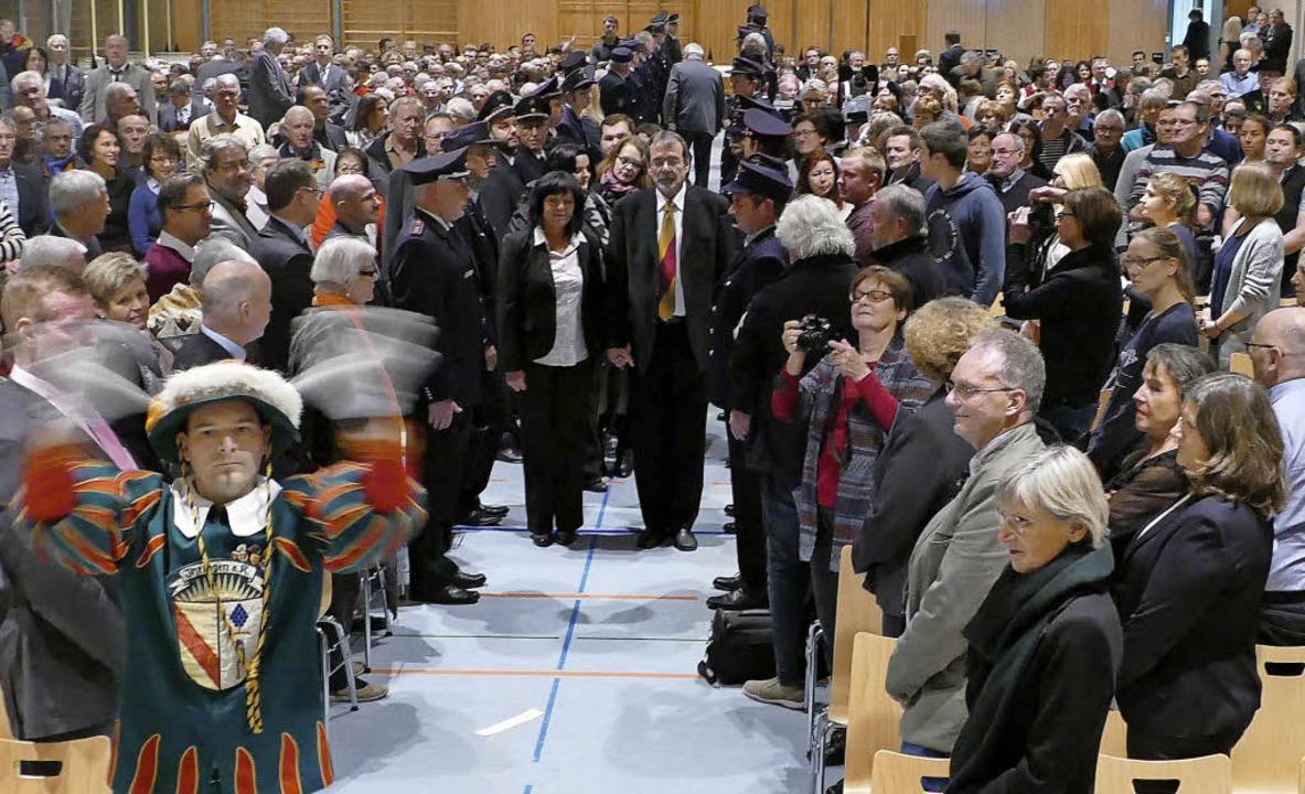 Bürger und geladene  Gäste erhoben sic..., durch die Kaiserstuhlhalle schritt.   | Foto: Gerold Zink