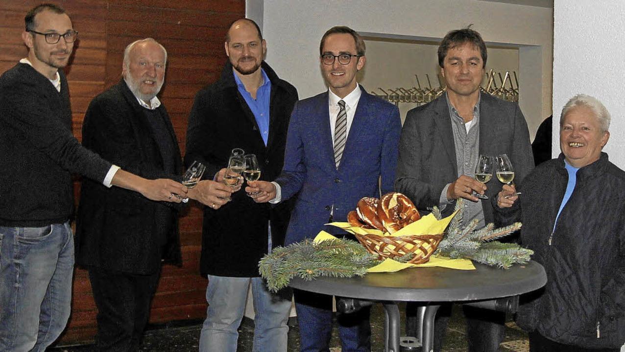 Auf die  gelungene Sanierung der Mehrz...Thomas Thiele (Zweiter von rechts) an.  | Foto: Trogus