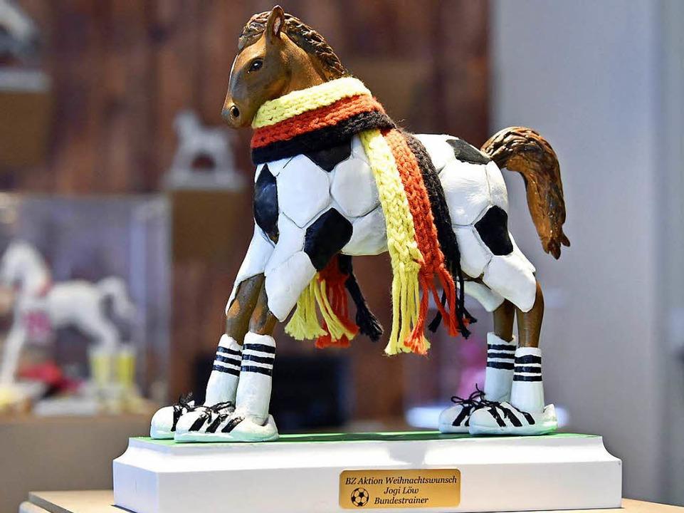 Fußball-Pferdle mit Löw-Autogramm  | Foto: Michael Bamberger