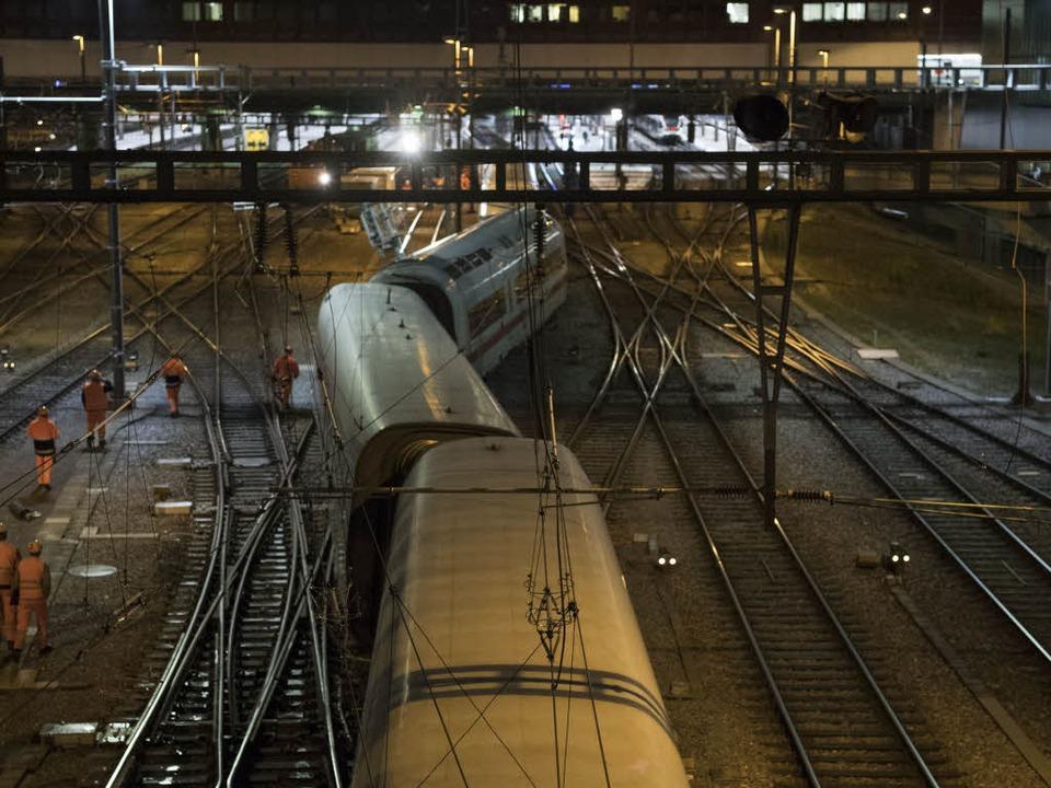 Bei der Einfahrt in den  Bahnhof  Basel SBB  ist der ICE entgleist.  | Foto: dpa