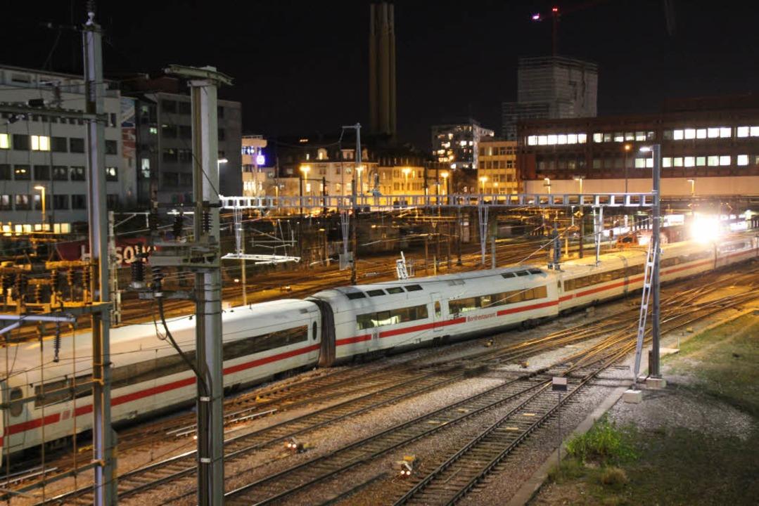 Der  Bistrowagen des ICE steht entglei...rschiedenen Gleisen im Basler Bahnhof.  | Foto: Rolf Reißmann