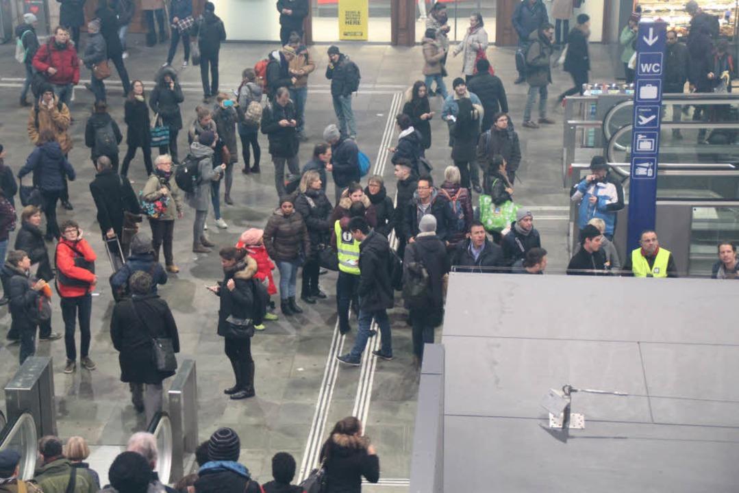In der Bahnhofshalle umringten die Rei... die für Informationen bereit standen.  | Foto: Rolf Reißmann