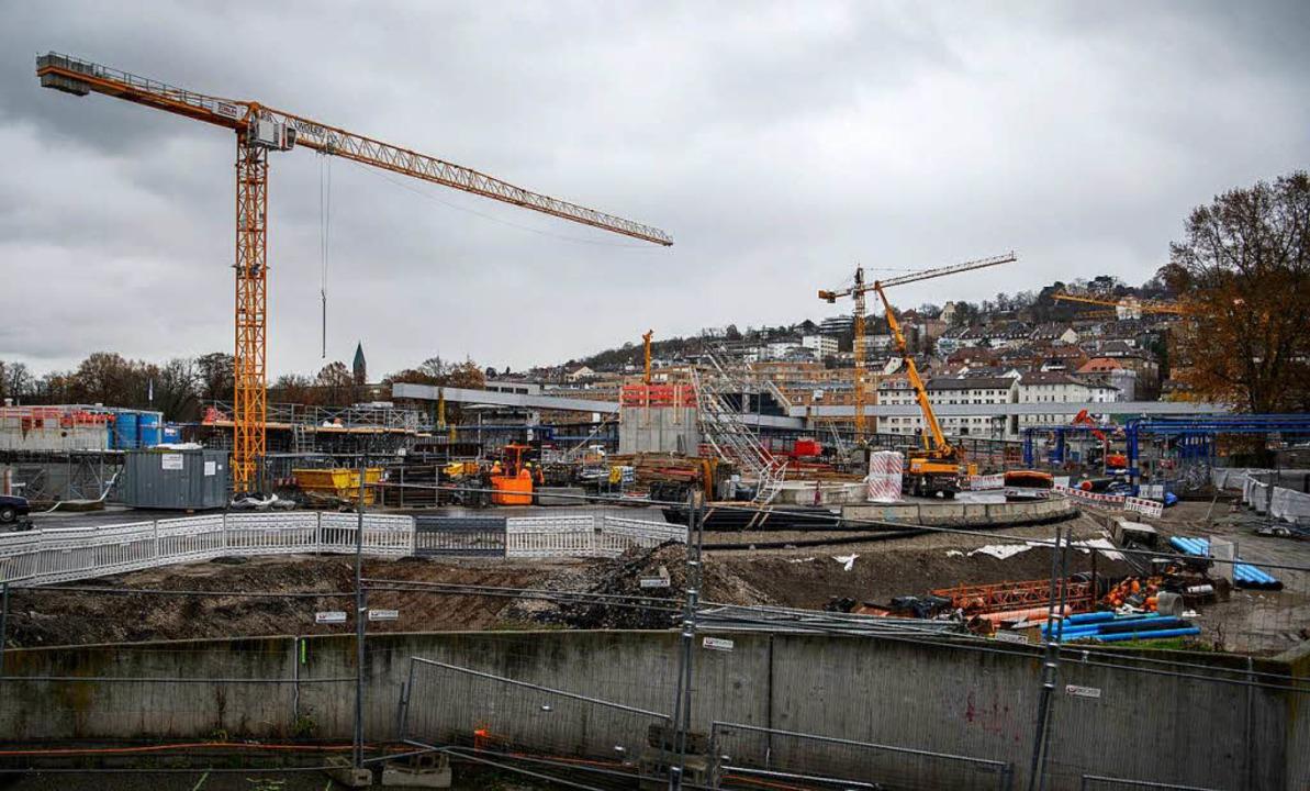 Kräne auf der Stuttgarter Baustelle.  | Foto: dpa