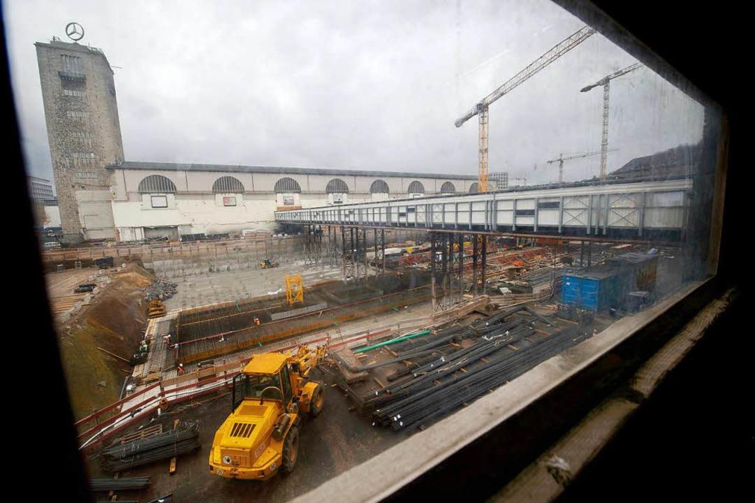 Blick durch ein Bahnhofsfenster auf die Stuttgart 21 Baustelle  | Foto: dpa