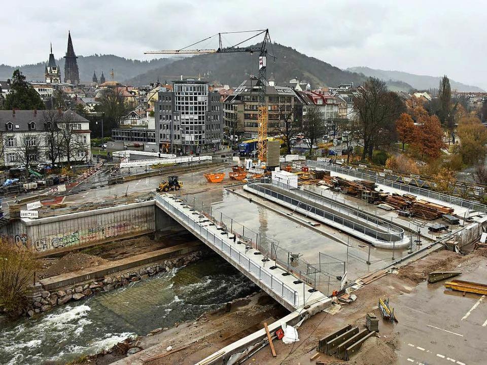 Der Bau der Kronenbrücke schreitet sic...lz für den Bau der Radwegrampe parat.   | Foto: Michael Bamberger