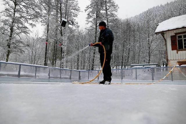 Heiße Zeit für die Eismacher: Schlittschuhbahn in der Ravennaschlucht wird präpariert