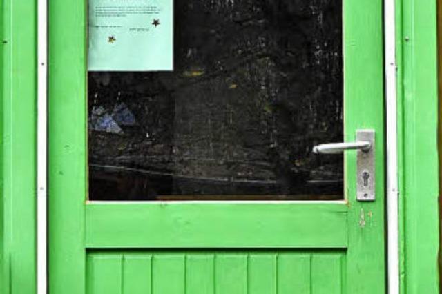 Hinter der grünen Tür des Waldkindergartens basteln Engagierte jedes Jahr Adventskränze