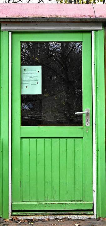 Passt sich an die Umgebung an: die Tür der Schutzhütte des Waldkindergartens.    Foto: Andrea Steinhart