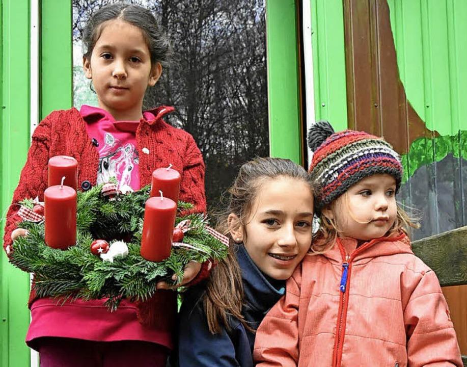 Helin, Emma und Frida haben beim Kränzegestalten geholfen.     Foto: Andrea Steinhart