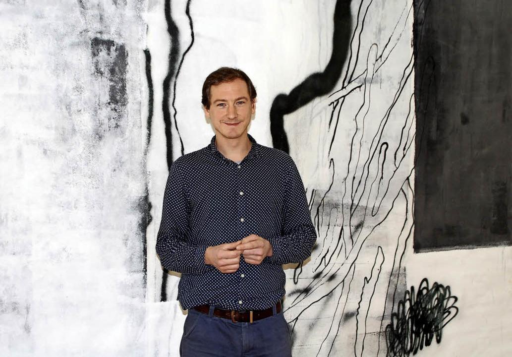 Johannes Mundinger vor einem seiner &#... zu sehen beim Kunstverein Offenburg.   | Foto: Barbara Puppe