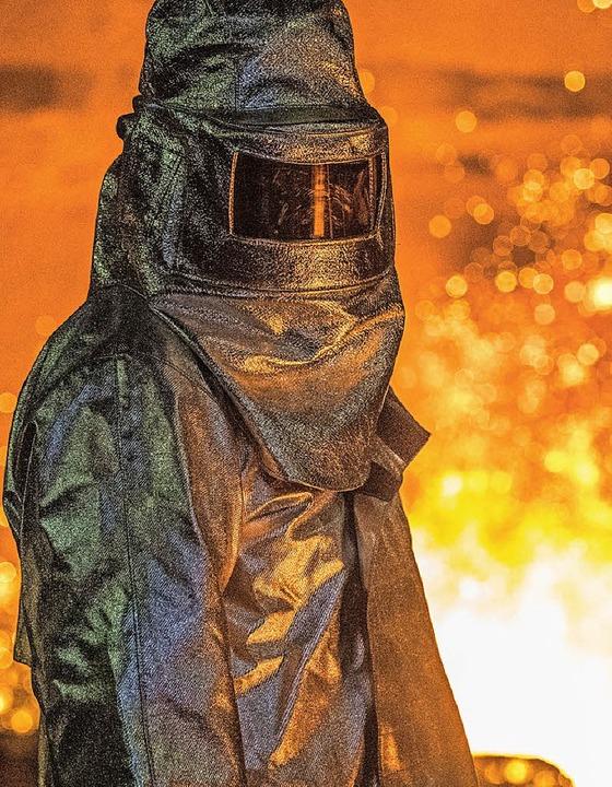 Weltweit wird zu viel Stahl produziert... Bild ein  Schmelzer im Schutzanzug).   | Foto: dpa