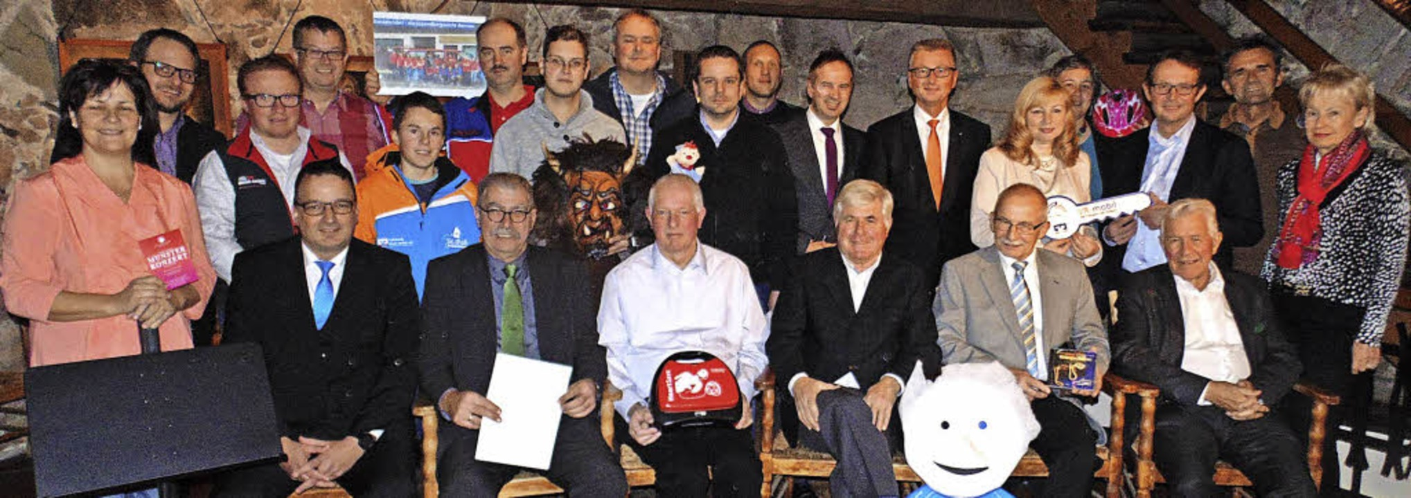 Die Volksbank Rhein-Wehra übergab die ...dem Gewinnsparen an Vereinsvertreter.   | Foto: Michael Gottstein