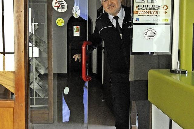 Durch die Glastür im Polizeiposten Denzlingen kommt nicht jeder