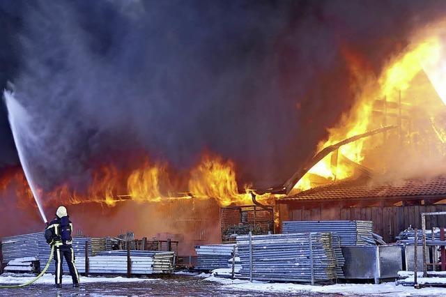 Feuerwehr kämpft gegen Großbrand